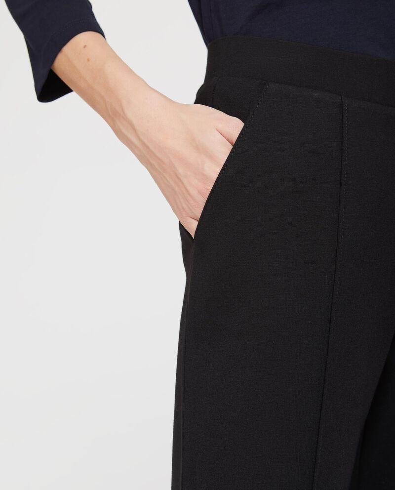 Pantaloni stretch con piega