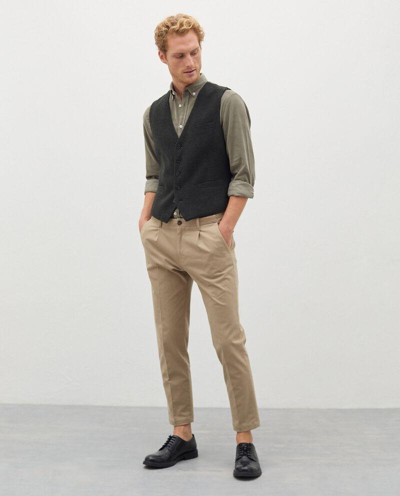 Pantaloni chino in cotone stretch uomo cover