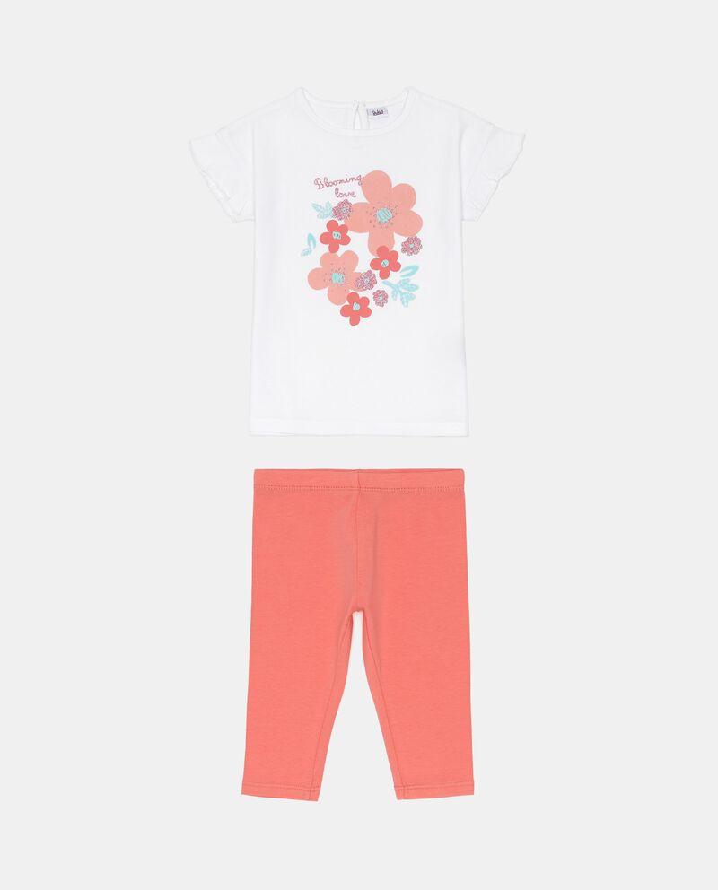 Completo t-shirt bianca a maniche corte e pantaloni