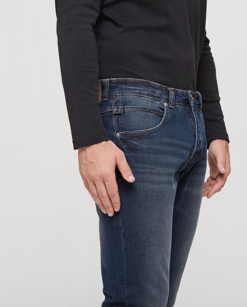 Jeans delavato con cuciture a contrasto