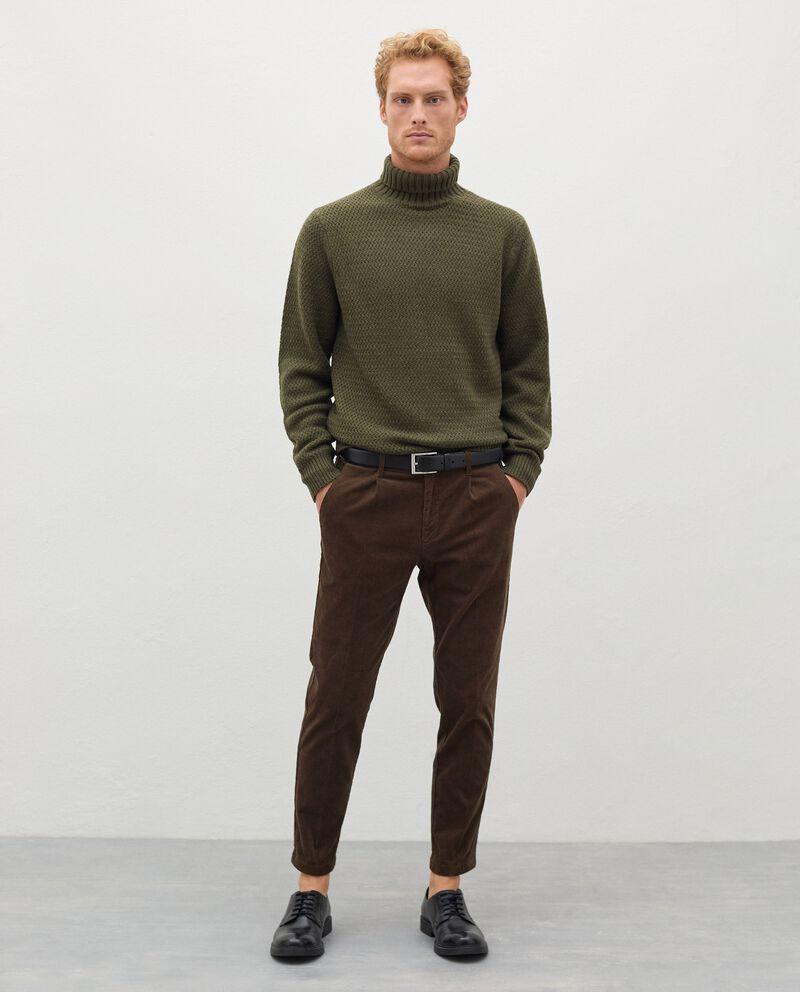 Pantaloni in velluto a costine uomo cover