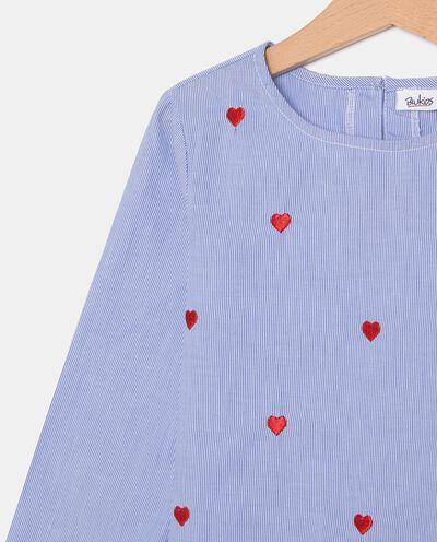 Camicia a righe con cuori ricamati