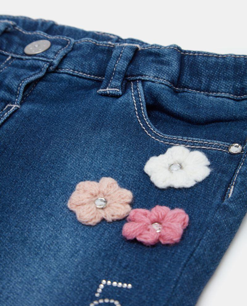 Jeans con strappi e fiori neonata